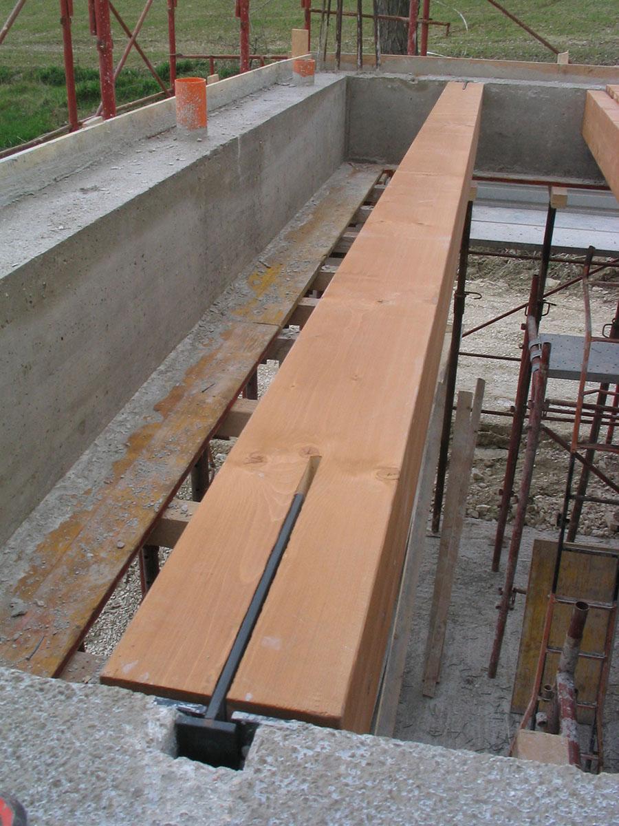 Su travi in legno amazing illuminare un soffitto con for Scala in cemento armato a vista