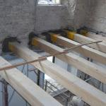 Posa travi in legno al piano secondo su muratura perimetrale