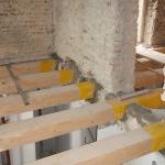 Posa travi in legno al piano secondo su muratura interna