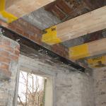 Posa travi solaio sottotetto sopra architrave apertura rinforzato con profili metallici