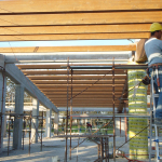 Montaggio travi di copertura in legno lamellare